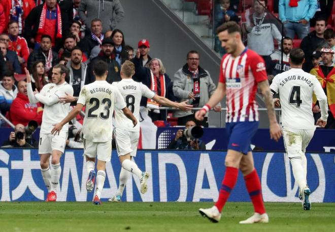 Bale celebra junto a sus compañeros el tercer gol del Real Madrid.