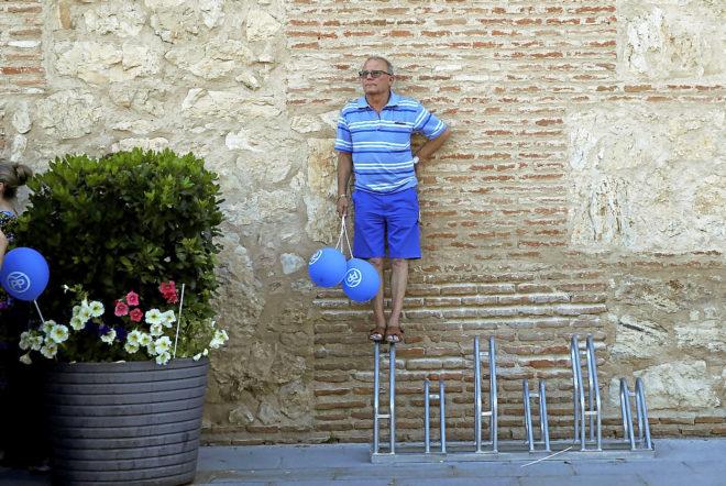 Un simpatizante del Partido Popular, en un acto de la formación en Torrijos (Toledo)