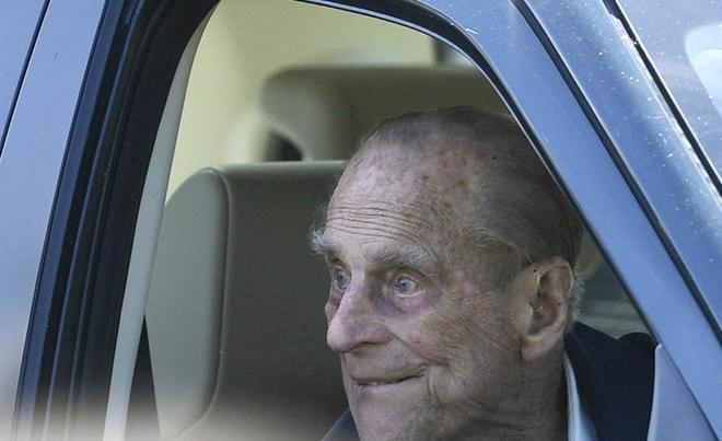 El príncipe Felipe de Inglaterra, duque de Edimburgo, mira por la...