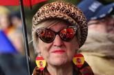 Una mujer con pendientes con la bandera de España en la...