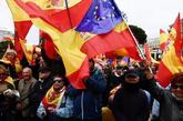 Manifestantes con banderas de España y Europa en la Plaza de Colón...
