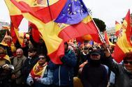 Manifestantes con banderas de España y Europa en la Plaza de Colón de Madrid