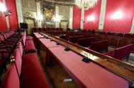 En primer plano, las mesas y asientos que ocuparán los abogados de los acusados en el juicio del 'procés', en el Salón de Plenos del Tribunal Supremo