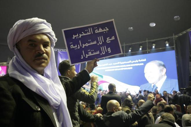 Simpatizantes del FLN, en un acto de respaldo a la candidatura del presidente, Abdelaziz Buteflika, en Argel.