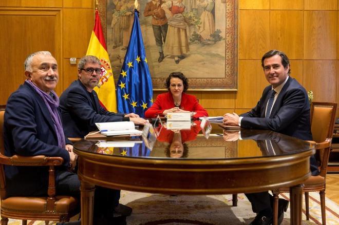 El secretario general de UGT, Pepe Álvarez; el de CCOO, Unai Sordo; la ministra de Trabajo, Magdalena Valerio; y el presidente de la CEOE, Antonio Garamendi.