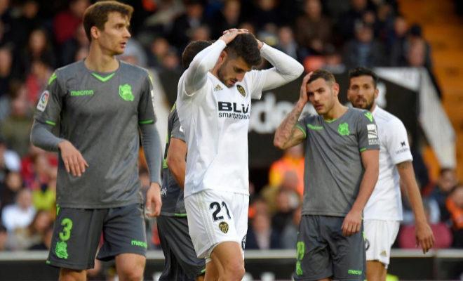 Piccini se lamenta tras detener Rulli un gran disparo del italiano en el tiempo de descuento en el duelo entre Valencia y Real disputado en Mestalla.