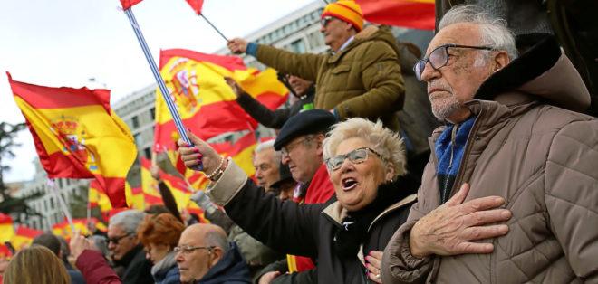 Manifestantes en Colón entonan el himno nacional con las banderas y...