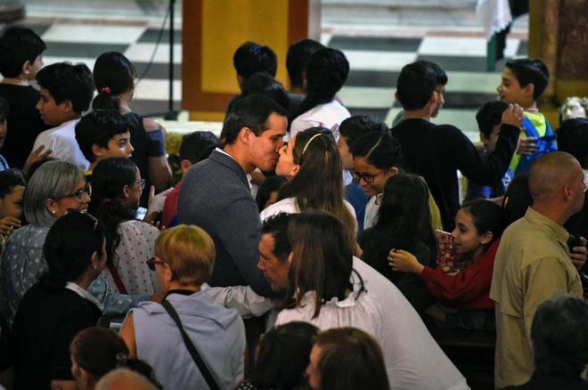 El presidente encargado de Venezuela Juan Guaidó, besa a su esposa...