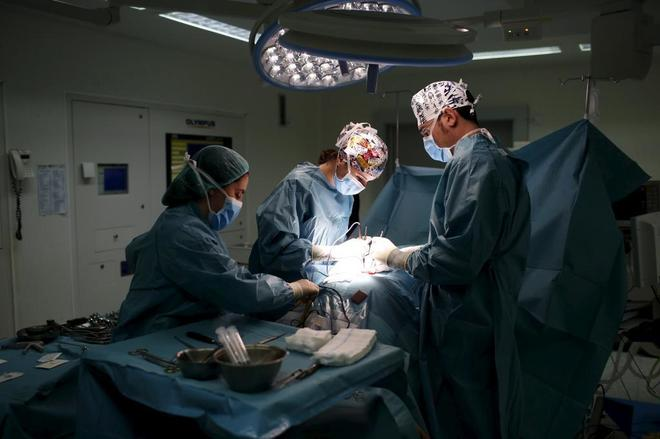 Intervención quirúrgica en el madrileño Hospital de la Paz.
