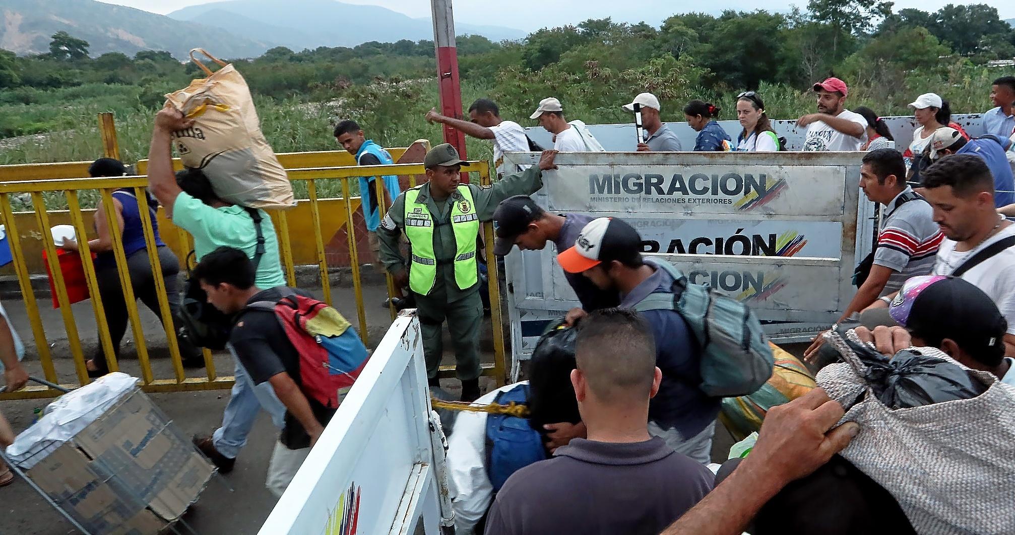 Venezolanos regresan a su país desde Colombia por el puente internacional Simón Bolívar (Cúcuta), tras hacer acopio de alimentos y medicinas. MAURICIO DUEÑAS CASTAÑEDA / EFE