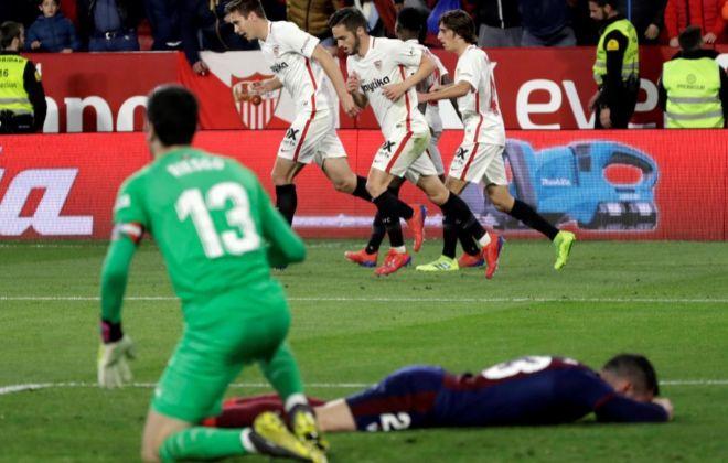 Sarabia festeja el gol del empate ante unos abatidos Riesgo y Arbilla.