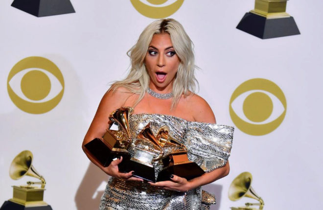 Lady Gaga sostiene tres premios Grammy
