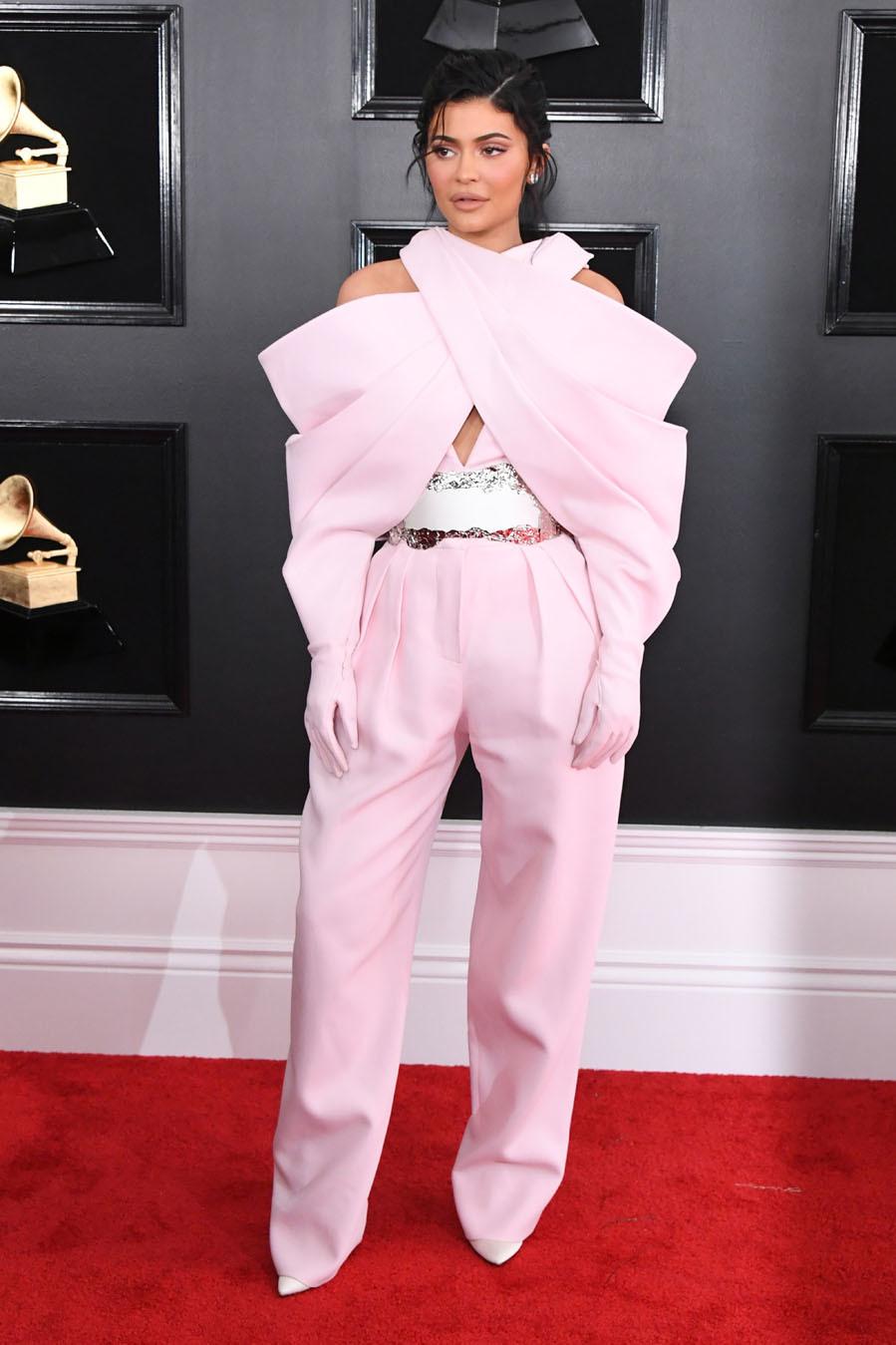 468781e950 Premios Grammy 2019  Mix de tendencias en los Grammy 2019  los looks ...
