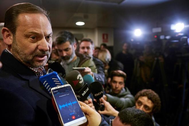 El ministro de Fomento, José Luis Ábalos, realiza declaraciones a la prensa desde Barcelona.