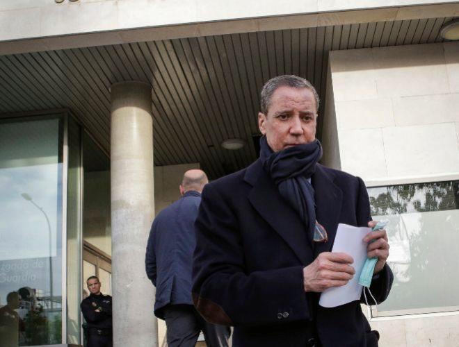 Eduardo Zaplana, ayer, tras firmar en el juzgado de guardia.