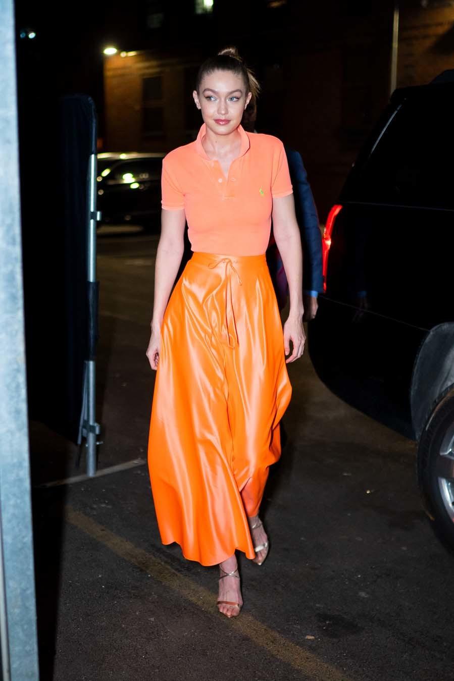 La modelo ha combinado un polo básico naranja de Ralph Lauren con una...