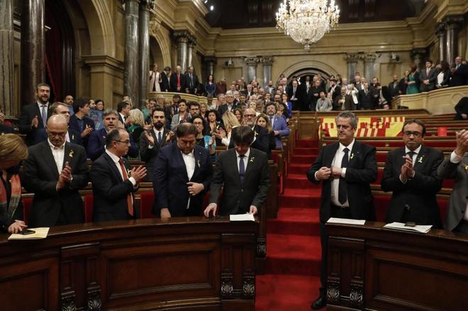 Puigdemont, Junqueras, Turull, Romeva, Forn y Rull en la declaración de independencia en el Parlament.