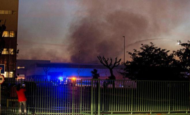 Imagen del humo que sale de la planta de Seat en Martorell.