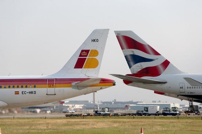 La cola de un avión de Iberia y de otro de British, en el aeropuerto de Heathrow (Londres).