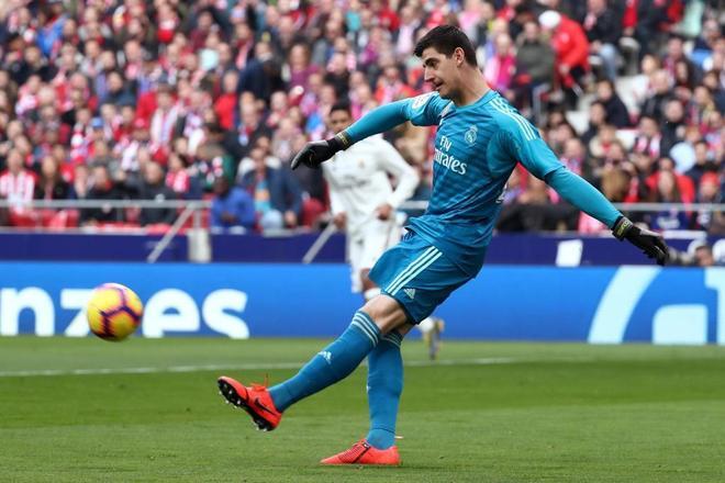 Courtois golpea el balón durante el derbi ante el Atlético de Madrid.