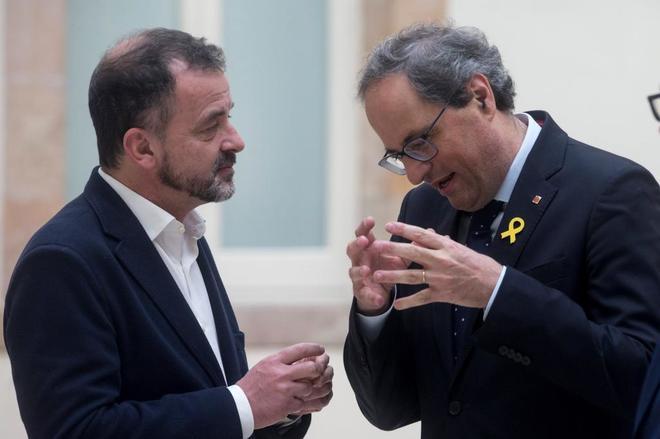El presidente catalán, Quim Torra, habla con el conseller Bosch, de ERC.
