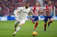 Benzema (i) conduce el balón, durante el derbi ante el Atlético el pasado sábado.