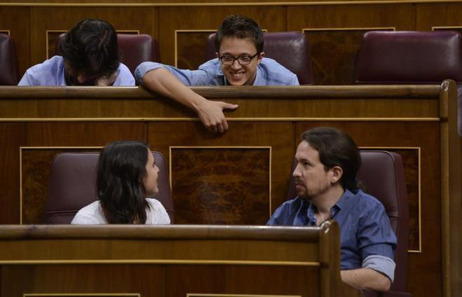 Íñigo Errejón e Irene Montero charlan en un Pleno del Congreso, en presencia de Iglesias.