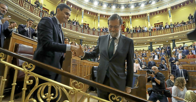 Mariano Rajoy saluda a Pedro Sánchez, el pasado 1 de junio, tras votar la moción de censura.