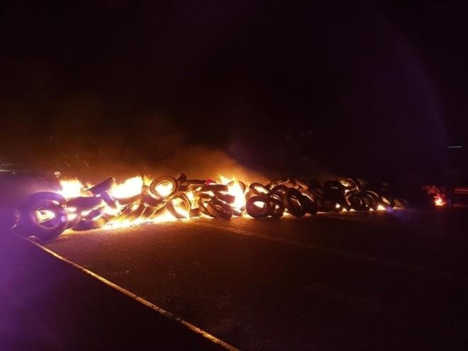 Hilera de neumáticos incendiados en la AP-7.