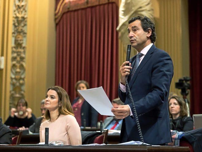 El presidente del PP balear, Biel Company, en una sesión parlamentaria.
