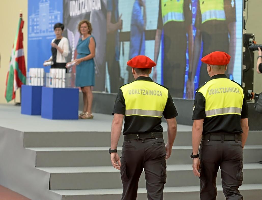 Dos policías locales acuden a recoger sus acreditaciones en la ceremonia realizada en la Academia de Arkaute.