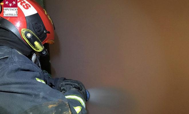 Actuación de los efectivos del Consorcio Provincial de Bomberos de Castellón en el incendio de la planta, este martes.