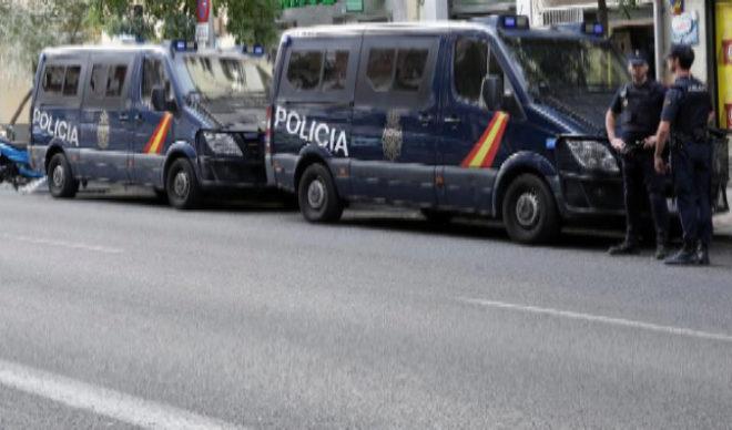 Furgones de la Policía Nacional en la calle Ferraz de Madrid.