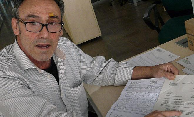 José Tomás Ibáñez muestra la carta de denegación.