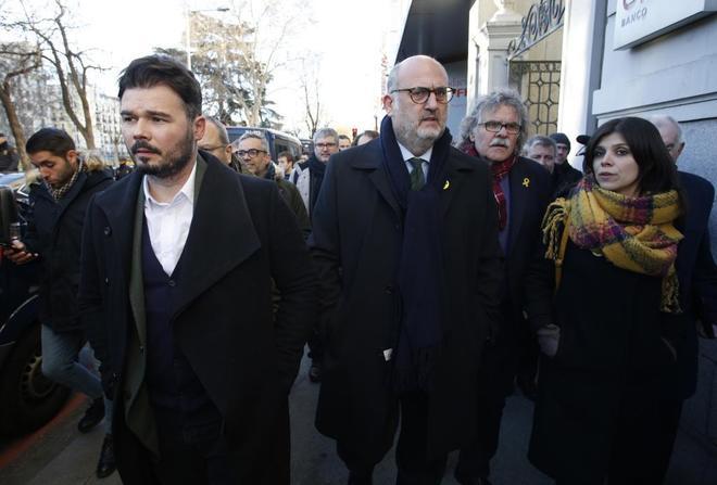 Gabriel Rufián, junto a otros políticos independentistas, a su llegada la concentración.