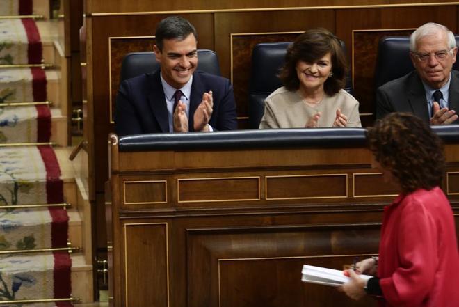 Pedro Sánchez aplaude a la ministra Montero antes de subir a defender los Presupuestos.