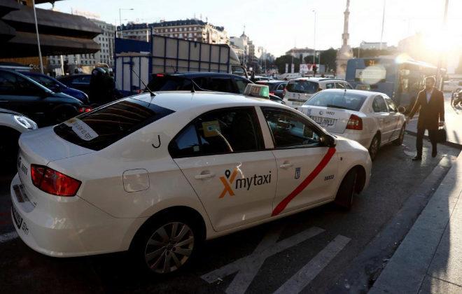 Varios taxis circulando por las calles de Madrid tras el fin de la huelga.