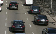 Dos VTC circulan por el Paseo de la Castellana durante la huelga de taxis.