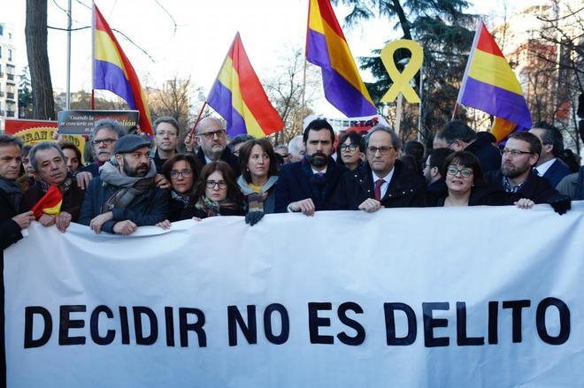 El presidente de la Generalitat, Quim Torra, junto al del Parlament, Roger Torrent, durante una manifestación en las cercanías del Tribunal Supremo.
