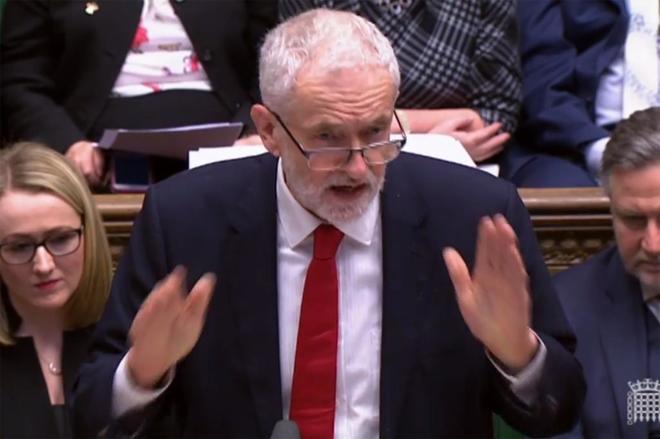 El líder de la oposición Jeremy Corbyn responde a May en el Parlamento.