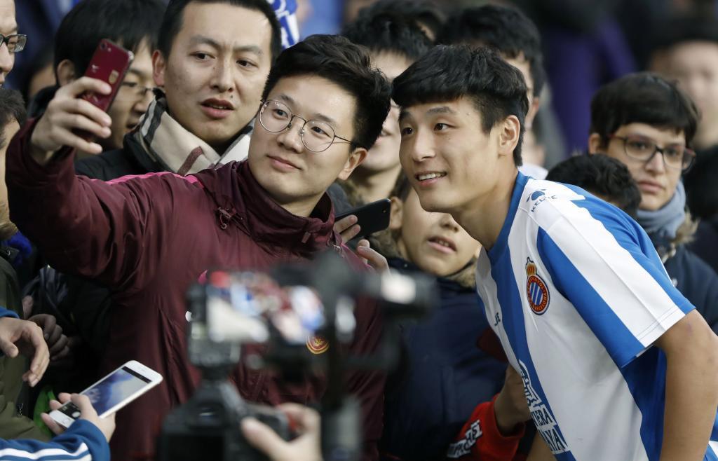 GRAFCAT3060. BARCELONA, 29/01/2019.- El delantero chino Wu Lei (d) se hace fotos con aficionados durante su presentación esta tarde en el Estadio Cornellá-El Prat, como nuevo jugador del RCD Espanyol. EFE/Andreu Dalmau