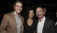 De izquierda a derecha: Patrick Whitesell, Lauren Sanchez y Jeff Bezos