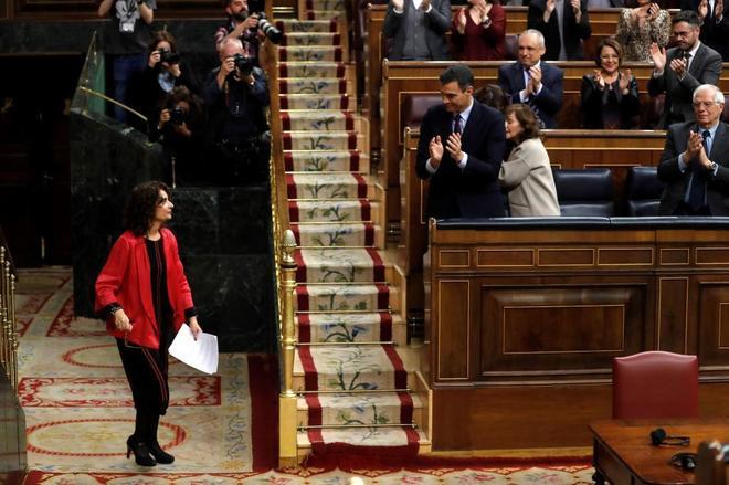 El presidente del Gobierno, Pedro Sánchez, aplaude a la ministra de...