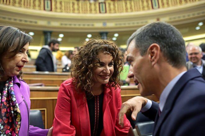 El presidente del Gobierno, Pedro Sánchez, habla con las ministras María Jesús Montero y Margarita Robles en el Congreso durante el debate de Presupuestos