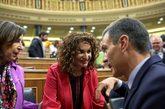 El presidente del Gobierno, Pedro Sánchez, habla con las ministras...