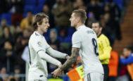 Luka Modric deja su sitio a Toni Kroos, durante un partido de esta temporada.