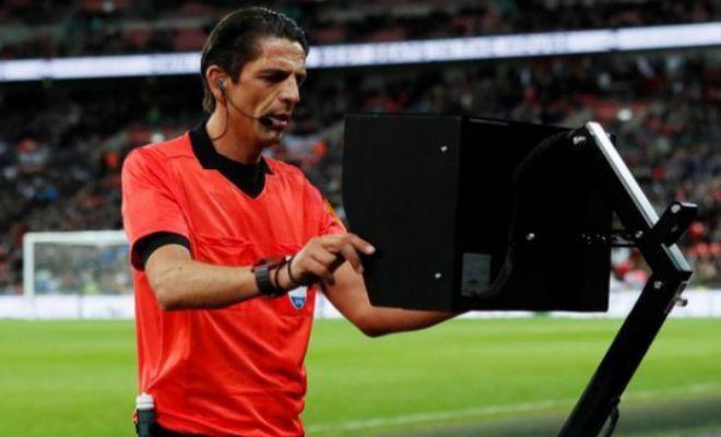 Deniz Aytekin consulta el VAR durante un amistoso Inglaterra-Italia del pasado marzo en Wembley.