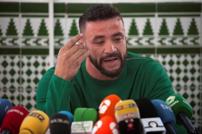 """David Serrano Alcaide, dueño de la finca de Totalán (Málaga), en la que estaba el pozo en el que murió el pequeño Julen tras caer a su interior el pasado 13 de enero, ha explicado que compró la finca hace cuatro meses para plantar aguacates y mangos y contrató al pocero, que le hizo """"un boquete de más de cien metros"""" y después se marchó y le dejó el boquete """"tal cual"""". en rueda de prensa en Málaga junto a sus abogados que han afirmado que """"la única responsabilidad penal, si la hubiese"""", sería del pocero que ejecutó la perforación."""