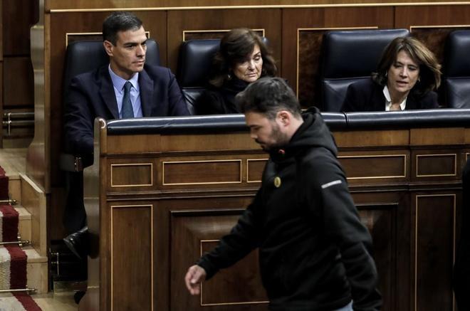 Pedro Sánchez observa cómo Gabriel Rufián, de ERC, pasa por delante para salir del Pleno.