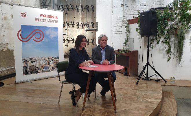 La candidata socialista, Sandra Gómez, junto a Emiliano García.